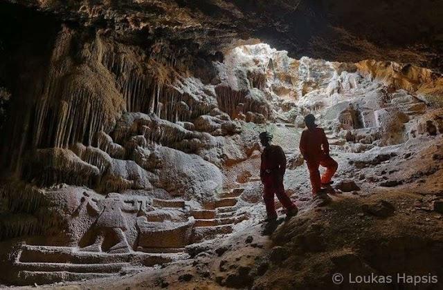 Τι θα λέγατε για μια βόλτα στον μυστικό Υμηττό; Να δούμε από κοντά το άγνωστο σπήλαιο με τα αγάλματα...