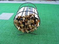 自作の薪置き(焚き付け用)