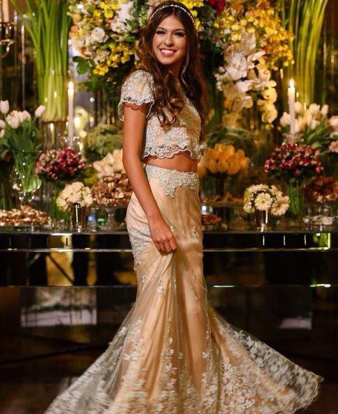 Looks Debutante Fernanda Concon