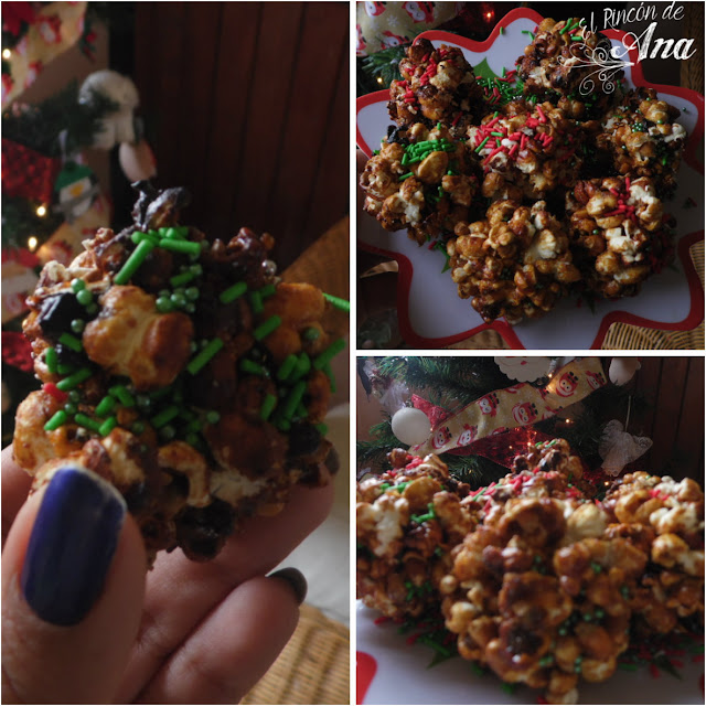 Moños navideños y palomitas de maíz.