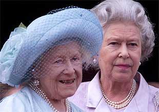 reina_madre_junto_hija_Isabel_II_balcon_palacio_Buckingham_durante_celebracion_cumpleanos.jpg