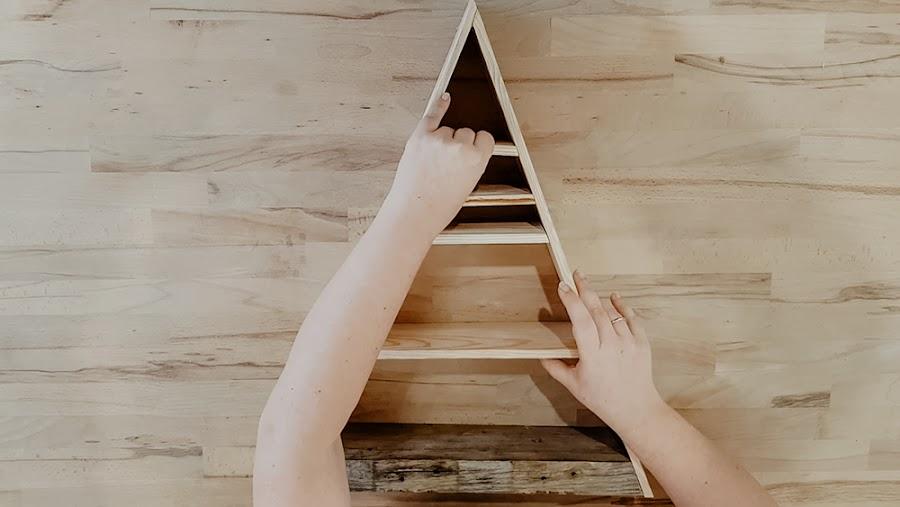 muebles de palet, reciclar palet, estanteria para minerales, estanteria triangulo, estanteria madera, esenciaindie