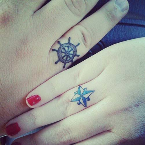 wheel and compass ring finger tattoo dümen ve puzula yüzük parmağı çift dövmesi