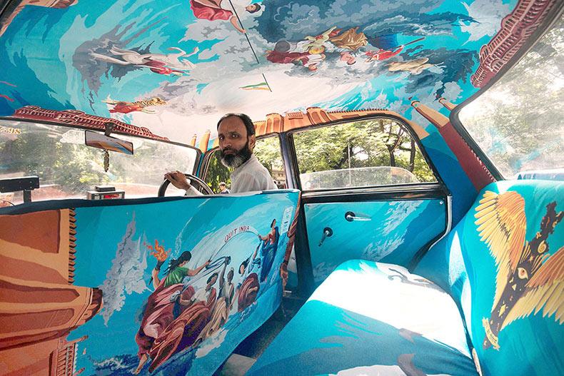 Taxi Tela llena el simple interior de una cabina con vibrantes ilustraciones originales