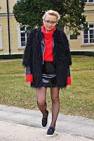 http://www.karyn.pl/2017/03/czarna-ceratowa-spodnica-i-czerwony-golf.html