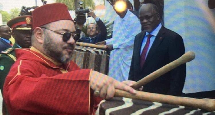تصرف غير متوقع من ملك المغرب محمد السادس لحظة وصوله عاصمة تنزانيا