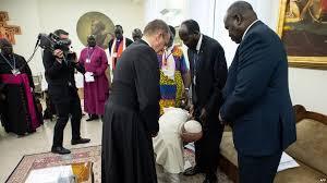 بالفيديو : البابا فرانسيس يقبل أقدام رئيس جنوب السودان ونائبه