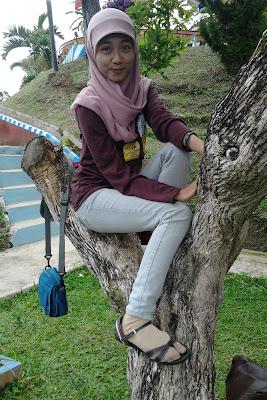 mahasiswi gila jilbab manis unik panjat pohon gila pose foto aneh