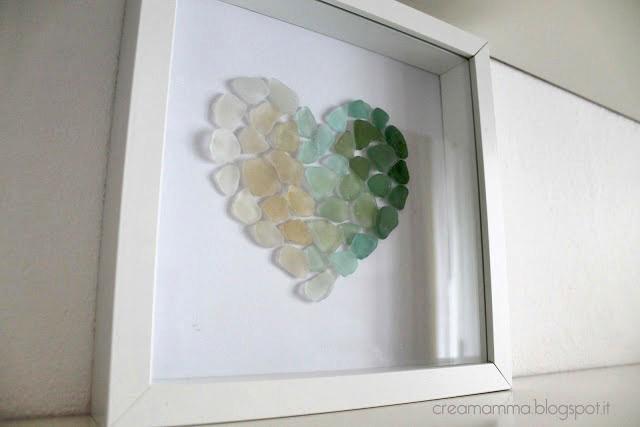 cornice con cuore di vetrini del mare