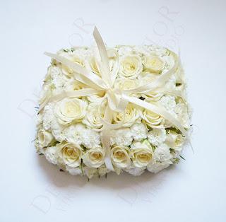 Gyűrűpárna élővirágból apró rózsából