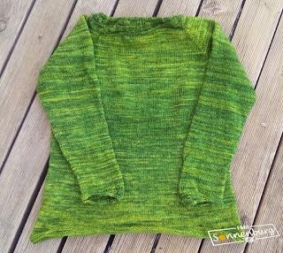 grüner gestrickter Pullover mit Blattmotiv