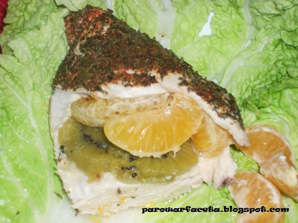 Pierś z kurczaka nadziewana kiwi i mandarynkami na parze