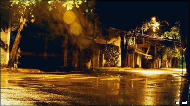 ngoài phố mưa đêm vắng lặng