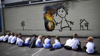 Artista callejero Banksy regala polémico mural a escuela primaria