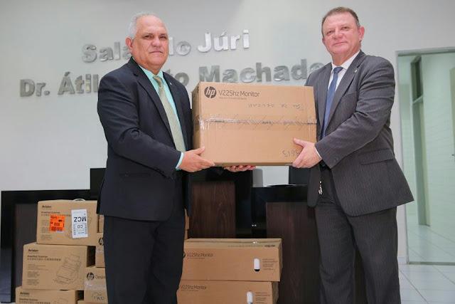 Presidente do TJ entrega computadores ao Fórum de Pão de Açúcar