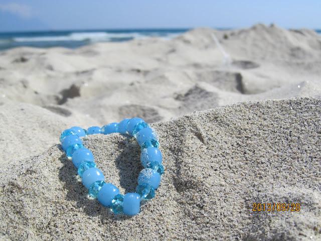UV fény hatására színváltó kék-fehér karkötő