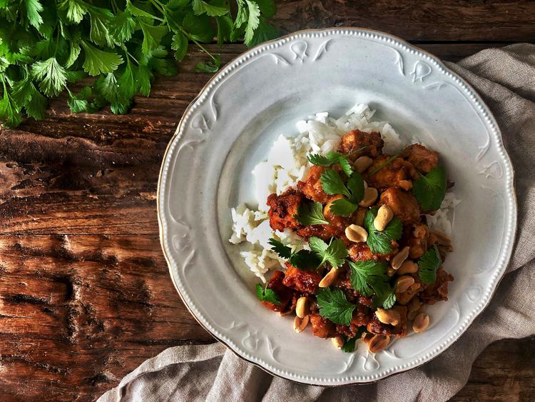 maapähkinäkastiketta ja tofua