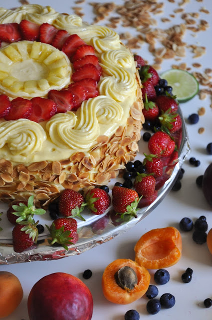 VANILLA CAKE WITH STRAWBERRIES AND PINEAPPLE
