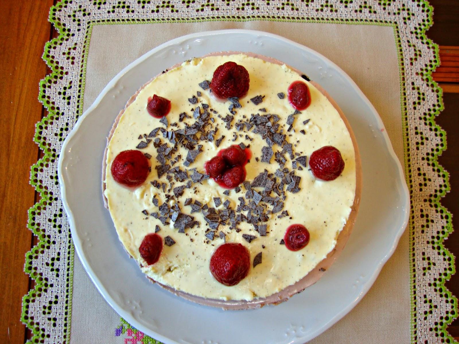 Tarta de queso con fresa, frambuesa y vainilla vista cenital