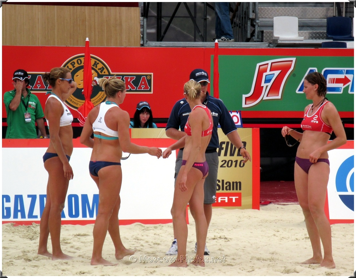 Beach volleyball negotiations with the referee