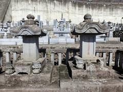 柳沢吉里の男子二人の墓
