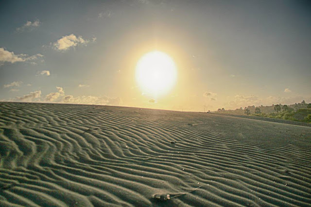 foto sunrise di gumuk pasir parangkusumo jogja