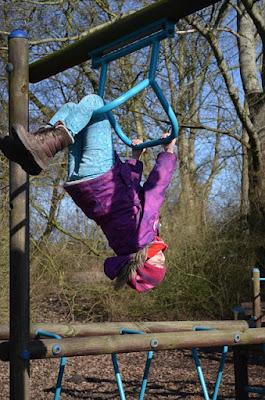 Kind klettert am Gerüst