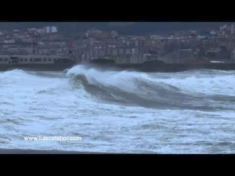 Enormes olas chocan contra el Puerto Viejo de Algorta
