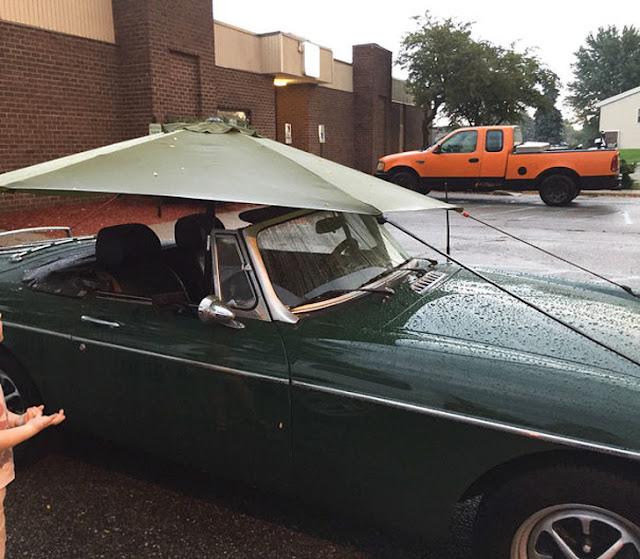وضع مضلة واقية من المطر على سيارة كشف