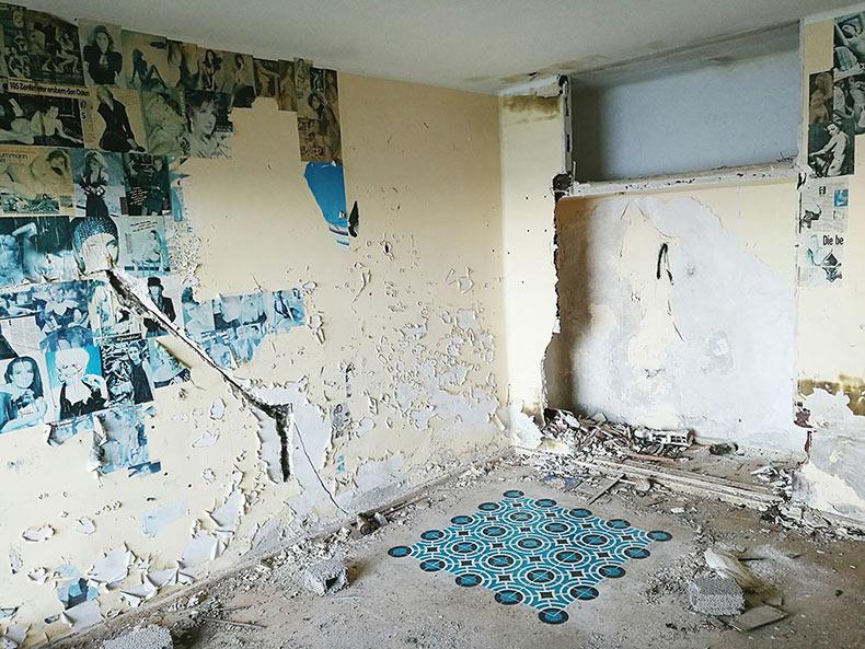 Nuevas instalaciones de pisos de azulejos pintados por Javier De Riba