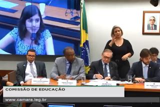 """Deputada de 25 anos viraliza na internet ao questionar ministro da Educação: """"Cadê os projetos?"""""""