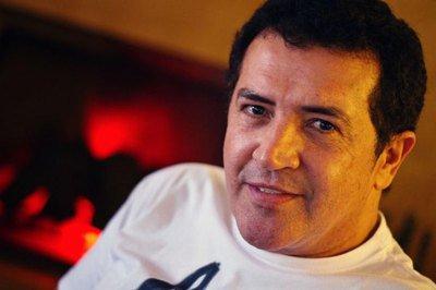 Beto Barbosa descobre câncer e passa por sessão de quimioterapia em São Paulo
