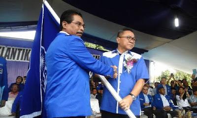 Ketua DPP PAN tengah menyerahkan Petaka PAN ke Ketua DPW PAN Sulut, Sehan Salim Landjar