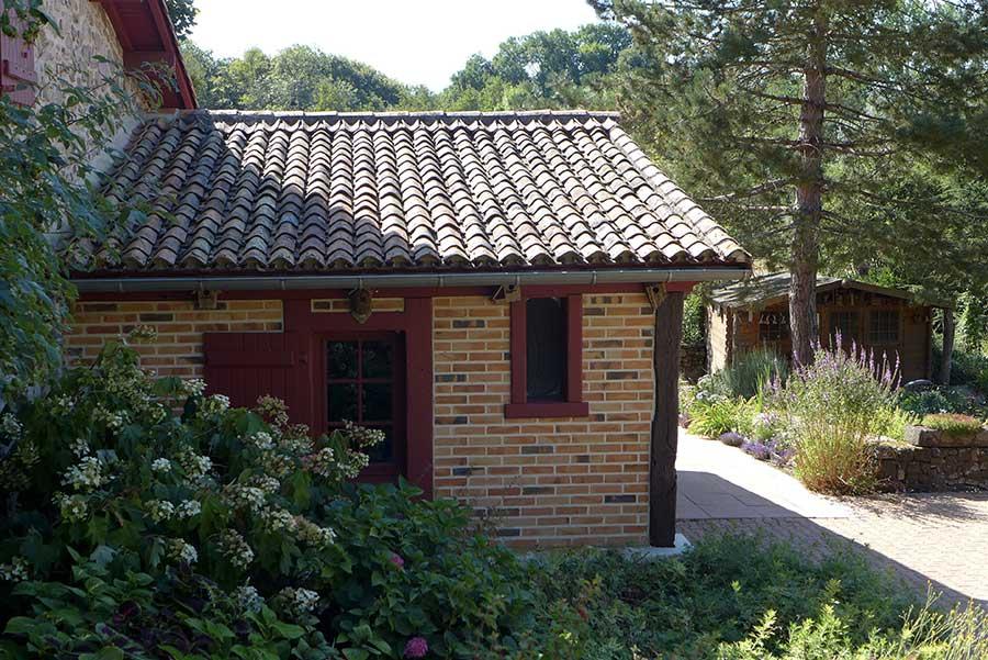 maison en brique et pierre, fenêtres rouges