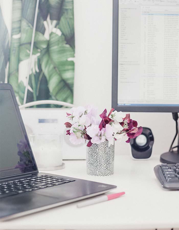 Inspiração pequeno arranjo de flores na decoração do escritório