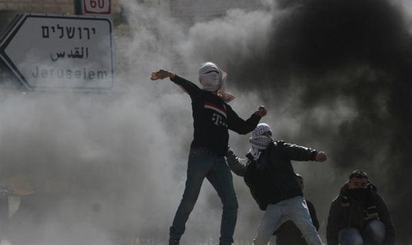 Terroristas árabes atacando con piedras