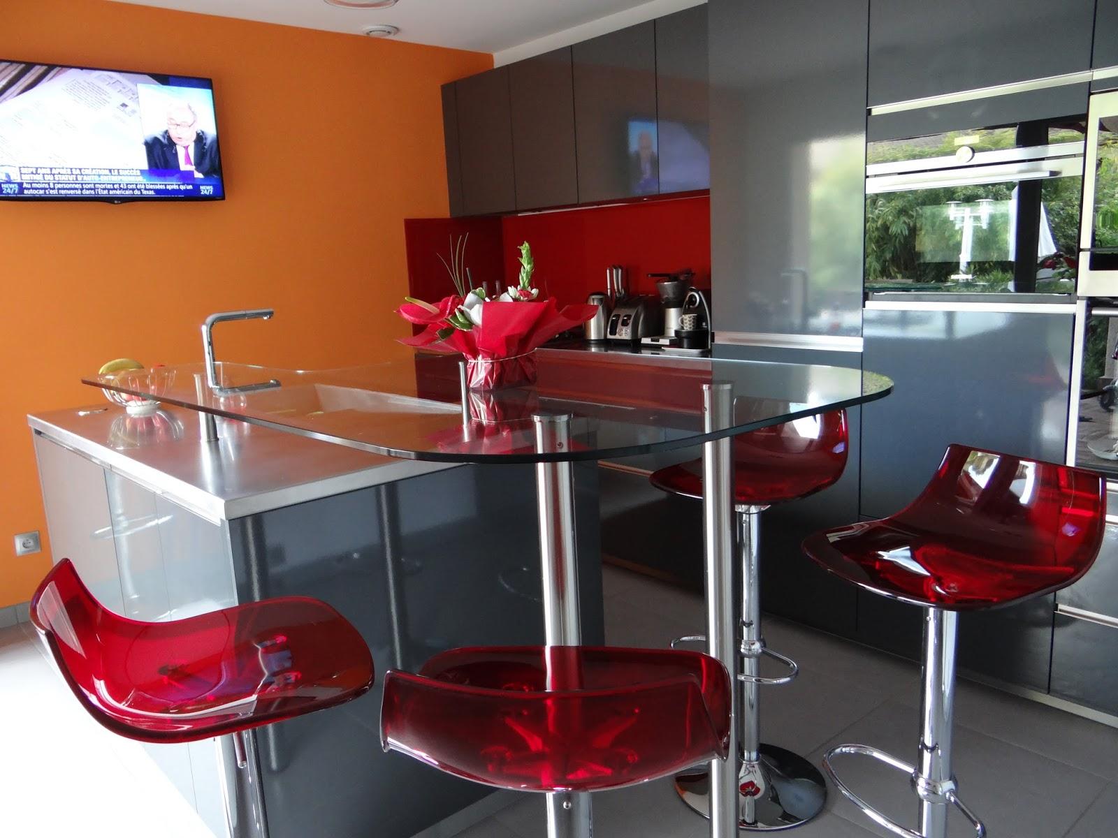 la crdence rouge est coordonne aux tabourets le mur orang apporte une touche de fantaisie. Black Bedroom Furniture Sets. Home Design Ideas