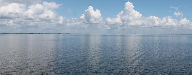 La bahía de Tampa mirando hacia el este desde Pinellas County