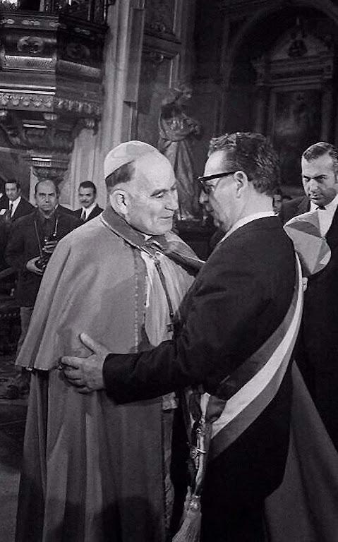 O Cardeal de Santiago de Chile Raúl Silva Henríquez abraça o presidente marxista Salvador Allende e coonesta seu governo anticristão: fruto da distensão vaticana