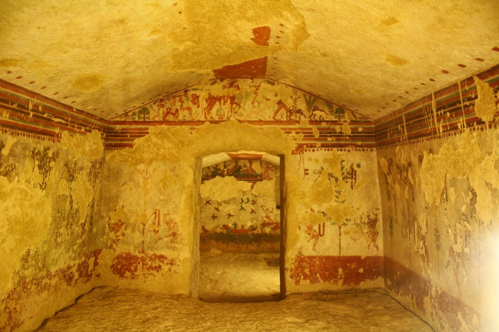 Interior tumba de la Necrópolis etrusca de Tarquinia