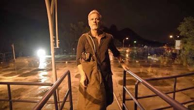 Sampaio (Marcello Novae) carrega os explosivos para causar destruição em reservatório da cidade, em 'O Sétimo Guardião' — Foto: TV Globo