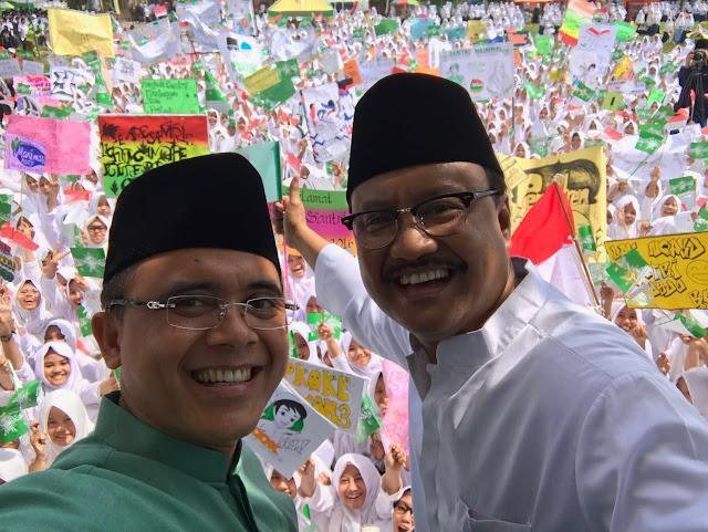 Bupati Banyuwangi Azwar Anas dan Wakil Gubernur Jawa Timur, Saifullah Yusuf dalam kirab #HariSantri 2016 - Kirab Hari Santri - Di Ponpes Darussalam Blok Agung Banyuwangi Jawa Timur, Kamis (13/10/2016)