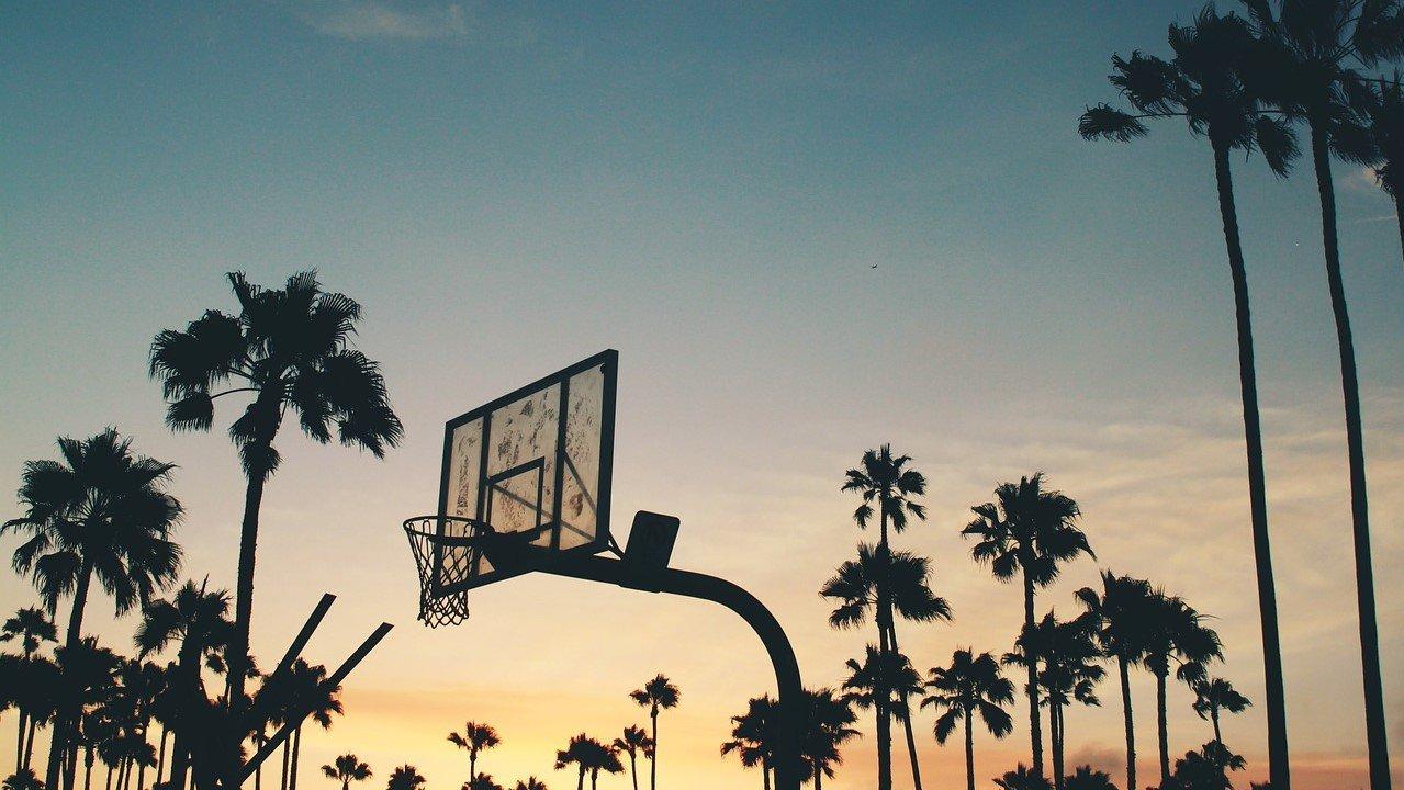 Bermain Basket saat Senja