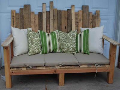 Un bonito sillón con cojines para el jardín