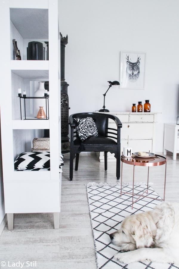 Kupfertrend 2017 im Wohnzimmer mit kupferfarbenem Beistelltisch von daheim.de, Bohoelemente gemixt mit Skandinavischem Design in Weiß Schwarz und Holz