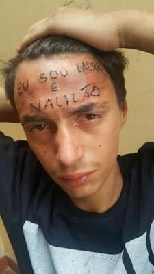 Entró a robar en un estudio de tatuajes y como castigo le tatuaron esto en la frente