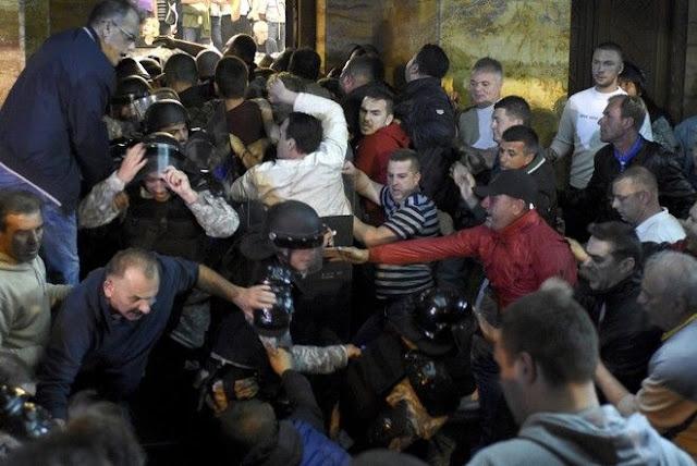 Έκρυθμη η κατάσταση στα Σκόπια: Αιματηρά επεισόδια άνευ προηγουμένου στη Βουλή, 42 τραυματίες (βίντεο)