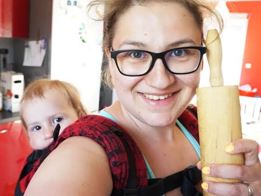 jak nie zwariować w wakacje z dziećmi, mama z dziećmi gotuje