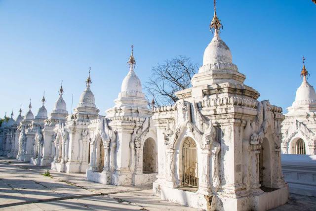 Trong số những đền chùa đẹp nhất của Mandalay, bạn không nên bỏ qua Mahamuni Buddha, tu viện Shwenandaw, chùa Kuthodaw, quần thể Mingun, đền Kyauktawgyi paya và quần thể kiến trúc trên đồi Mandalay Hill. Nói thật, kể cả bạn có là một lữ khách bàng quan không hiểu nhiều về Phật giáo, bạn cũng sẽ không thể ngăn được lòng ngưỡng mộ khi ngắm nhìn những công trình này bởi đường nét kiến trúc duy nhất không nơi nào có được.