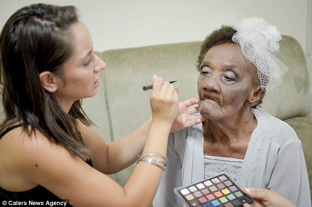 Tunangan Tertua: Wanita 106 Tahun Bertunang Dengan Lelaki Berusia 66 Tahun Selepas Cinta Pandang Pertama di Rumah Tua